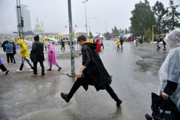 Flow-festivaaleilla Helsingissä kävijät olivat sunnuntaina varustautuneet sateeseen. LEHTIKUVA / ANTTI AIMO-KOIVISTO