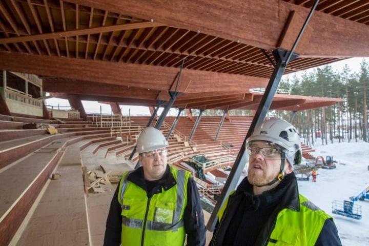 Rakennustoimisto Eero Reijonen Oy:n toimitusjohtaja Jarmo Hämäläinen ja Talonrakennusteollisuus ry:n aluepäällikkö Kimmo Anttonen vierailivat tiistaina Joensuun uuden pesäpallostadionin työmaalla.