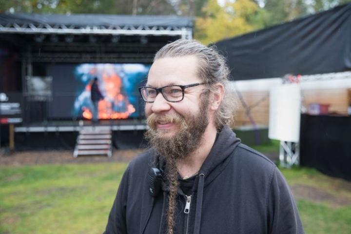 Minkä joensuulainen valotaiteilija Kari Kola valaisi maaliskuussa?
