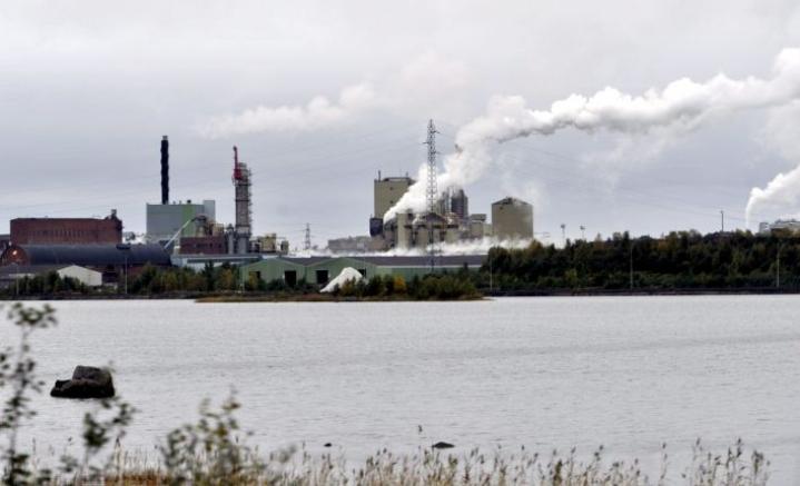 Veitsiluodon tehtaalla valmistetaan sekä sellua, sahatavaraa että paperia. Lehtikuva / Kimmo Mäntylä