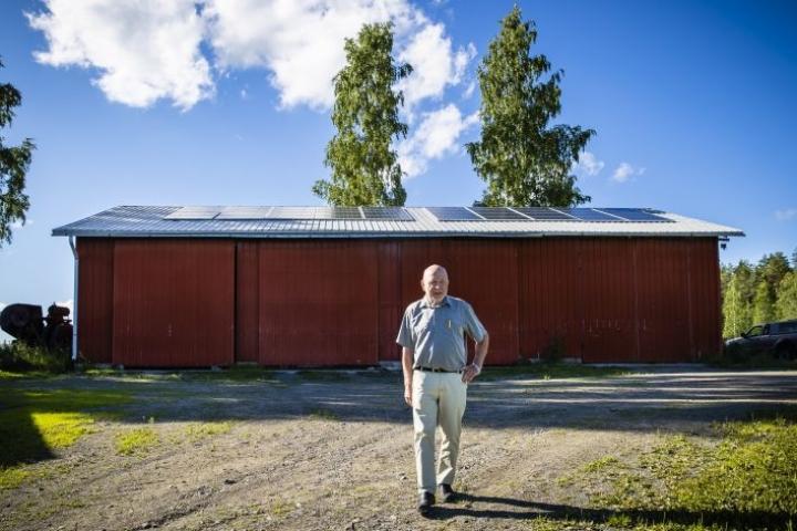Nilsiän Vuotjärvellä asuva Juhani Savolainen on kesäisin sähkön ja lämmityksen suhteen lähes omavarainen. Savolaisen tilalta löytyy 40 aurinkopaneelia.