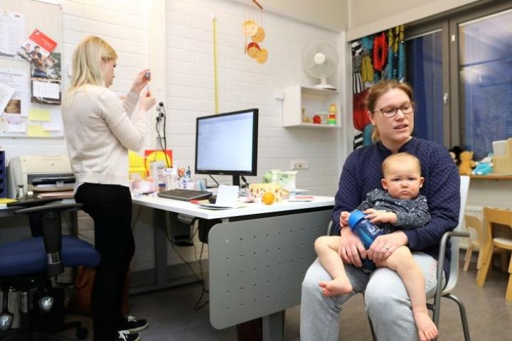 Äitinsä Saanan sylissä oleva Malva Peiponen saa kaikki rokotusohjelman mukaiset rokotteet.