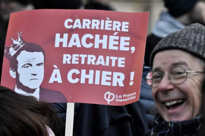 Taistelu presidentti Emmanuel Macronin eteenpäin viemää eläkeuudistusta vastaan jatkuu Ranskassa. Lehtikuva/AFP
