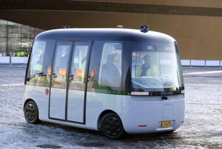 Helsingissä esiteltiin pari vuotta sitten Gacha-bussi, jonka itseohjautuvan ajojärjestelmän on kehittänyt espoolainen Sensible 4. LEHTIKUVA / Heikki Saukkomaa