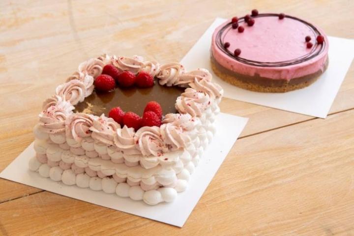 Kaksi erilaista mutta yhtä maistuvaa kakkua. Edessä marenkikakku ja takana juustokakku.