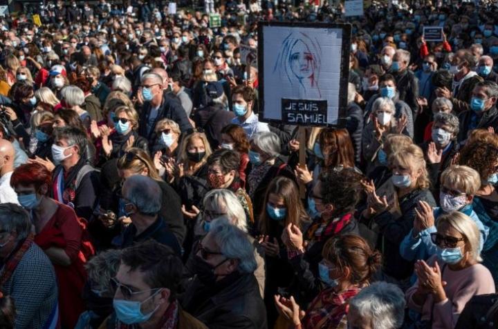Myös Marseillen kaupungissa muistettiin surmattua opettajaa. LEHTIKUVA/AFP