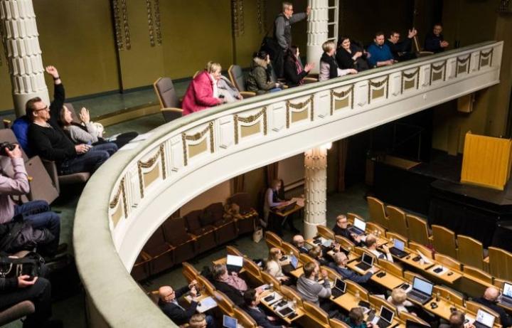 Joensuun kaupunginvaltuusto päätti Enon ja Uimaharjun yläkoulujen yhdistämisestä helmikuussa. Yleisöä päättäjillä oli parvella kohtalaisesti kummastakin taajamasta.