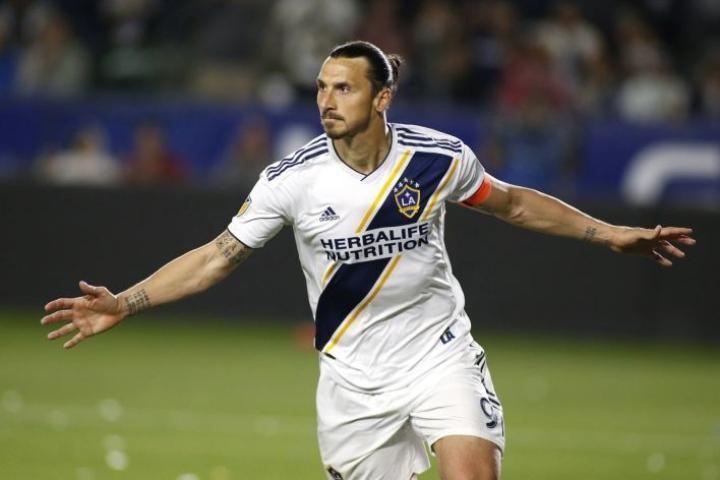 Zlatan Ibrahimovic heilutti vastustajan maaliverkkoja kahdesti Los Angelesissa pelatussa paikallisottelussa. LEHTIKUVA / Getty Images / AFP