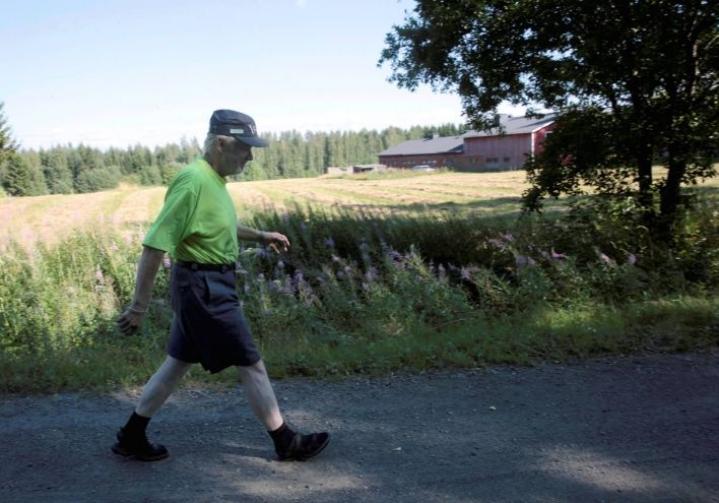 - Pääasiassa pitäisi maaseutukin pitää asuttuna, mutta ei nyt ehkä aivan syrjäisempiä nurkkia, toteaa Kummussa asuva Jari Puustinen, 53.
