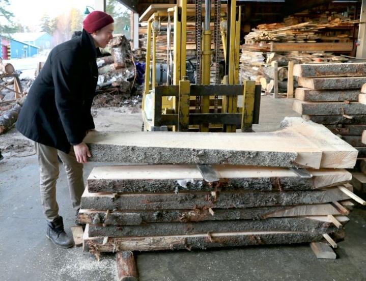 Miikka Kotilainen on Puuartistin toinen yrittäjä ja luova johtaja. Tammikuussa otetussa kuvassa näkyy myrkskyn kaatamia kuusenjuurakoita, joista tehdään saunatiloja Supercellille.