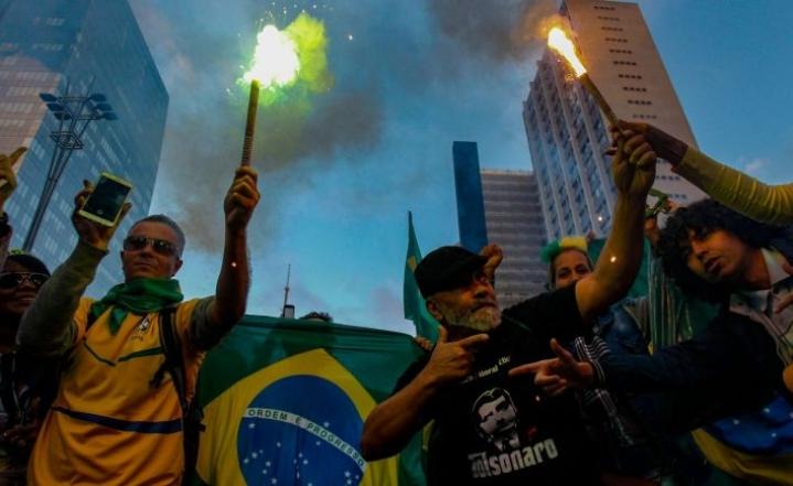 Bolsonaron kannattajia kokoontui sunnuntaina kadulle Rio de Janeirossa. LEHTIKUVA/AFP
