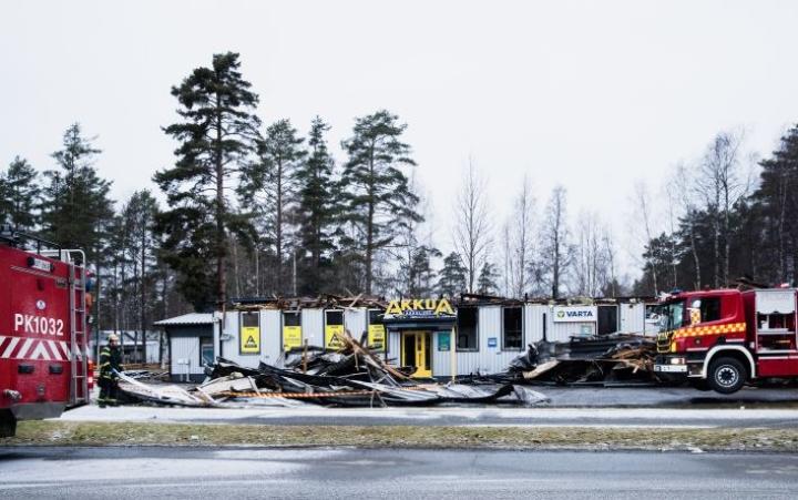 Liikehuoneistoon tuli tulipalossa mittavat vahingot. Jälkisammutus kesti lauantaiaamuun saakka.