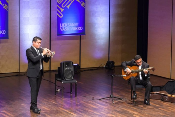 Trumpetisti Pacho Flores ja kitaristi Jesús Pingüino Gonzalés Brahe-salissa latinorytmeissä.