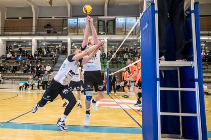 Karelian Hurmoksen Lauri Jylhä (vas.) ja Ville Louhela ehtivät molemmat tähän palloon.