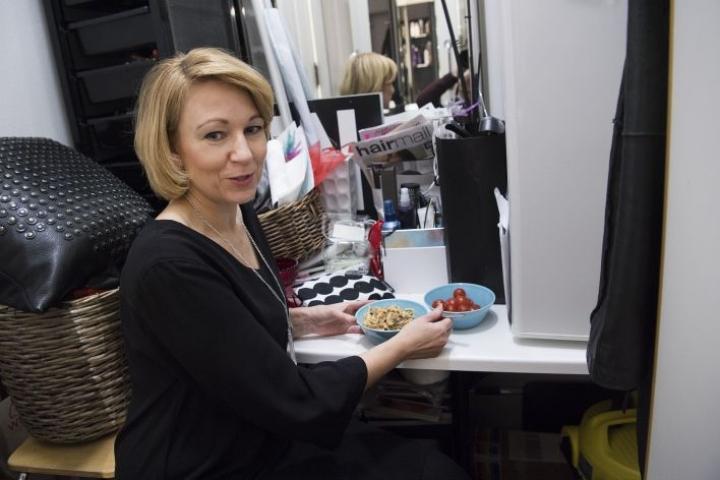 Kampaamoyrittäjä Nina Koskinen syö työpäivänsä aikana monta pientä ateriaa ja vastailee usein samalla asiakkaiden sähköposteihin.