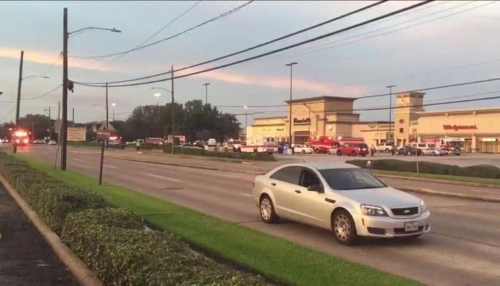Houstonissa ostoskeskuksessa tapahtuneen ampumisen uhreista osa haavoittui luodeista, osa lasinsirpaleista. LEHTIKUVA/AFP