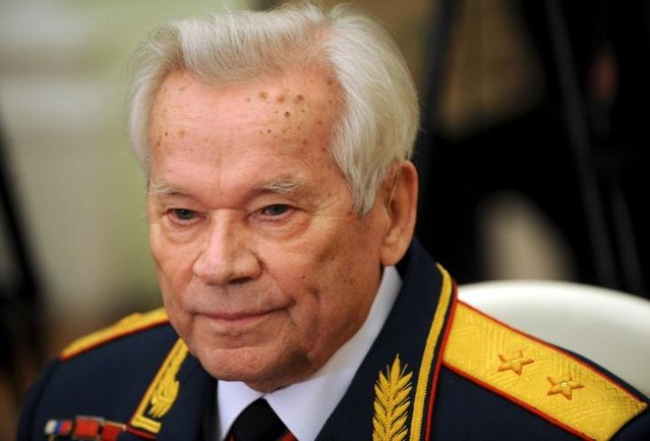 Mihail Kalashnikov kehitti pian toisen maailmansodan jälkeen nimeään kantaneen AK-47-rynnäkkökiväärin. LEHTIKUVA/FP