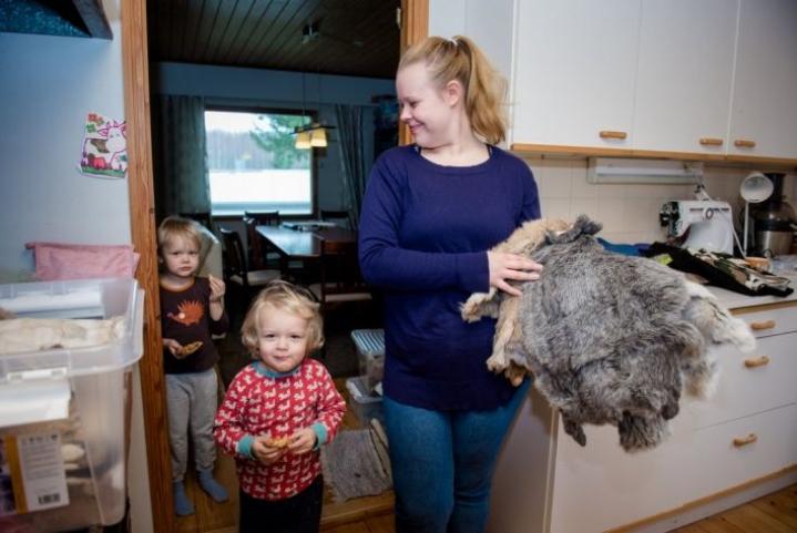 Emma Ala-Lantelalla on vielä jäljellä omien kanien taljoja. Osa on myynnissä sellaisenaan, osasta hän jalostaa lemmikkien leluja.