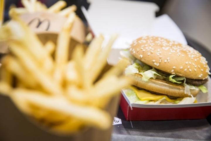 Nykyään on tarjolla runsaasti ruokia ja juomia, joissa on liikaa energiaa. Myös aktiivinen liikkuminen on vähentynyt.