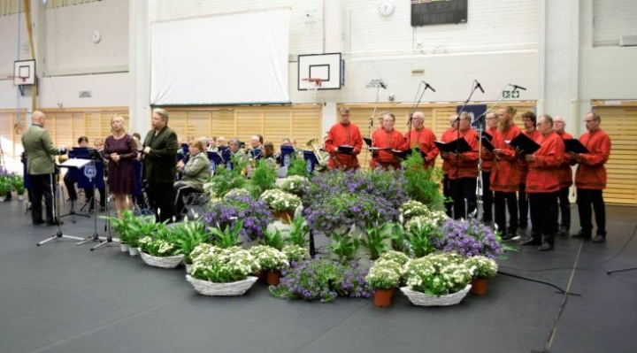 Kukkameren takana esiintyivät MPK Savo-Karjalan soittokunta, Elina Vitri, Marko Tuovinen ja Ilomantsin Mieslaulajat.