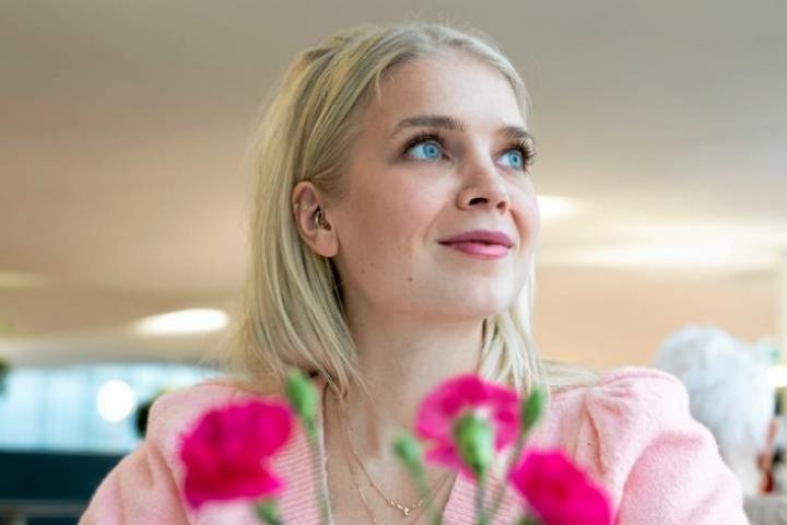 Entinen Miss Suomi ja nykyinen vuorikiipeilijä Lotta Hintsa nauttii äärirajoilla olemisesta. Hän rentoutuu ja tyhjentää mielensä kuitenkin mielellään katsomalla telkkarista hömppää ja syömällä irtokarkkeja.