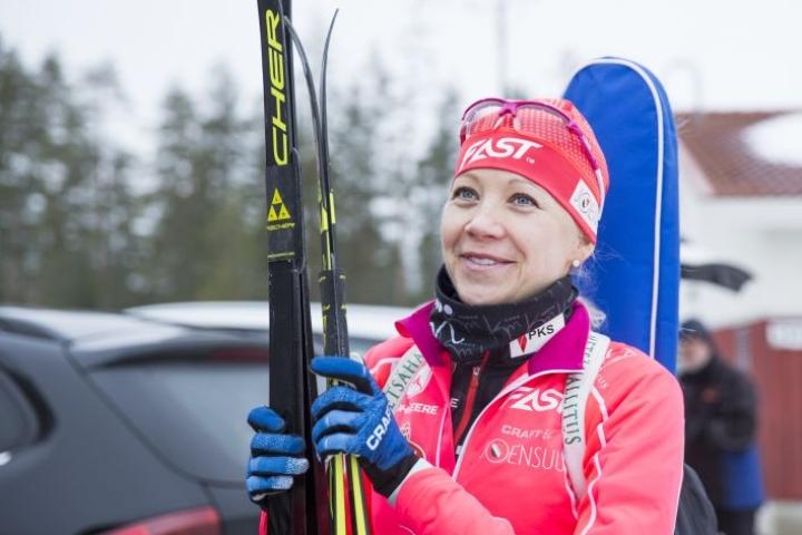 Kaisa Mäkäräinen viimeisteli kuntoaan ennen olympialaisia kotimaisemissa Pärnävaaralla.