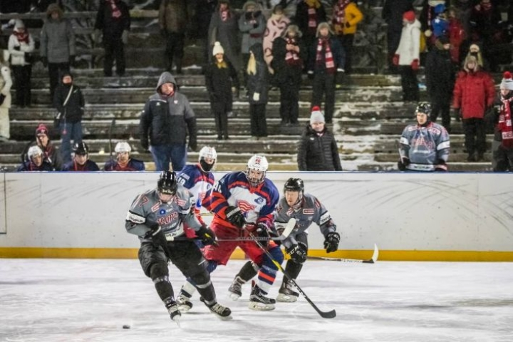 Karjalan Kopla järjestää jälleen ulkoilmaottelun Louhelan kaukalossa. Peli on luvassa lauantaina.