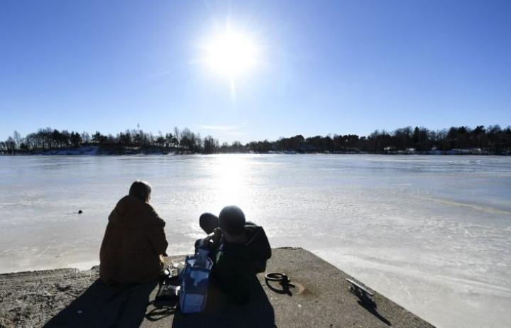 Ulkoilijat nauttivat auringosta piknikillä Helsingissä viikonloppuna. LEHTIKUVA / VESA MOILANEN