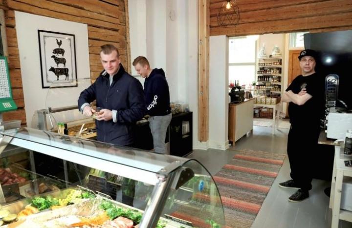Esa Heittokangas (vas.) ja Joonas Pehkonen kaipasivat salaattia lounaaksi, joten Wanhan Kulman Puoti oli miehille oikea osoite. Oikealla kauppias Marko Tuunanen.