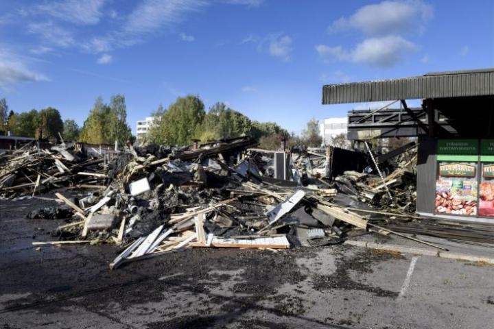 Tulipalosta aiheutui suuret vahingot Mukkulan ostoskeskukselle. LEHTIKUVA / HEIKKI SAUKKOMAA