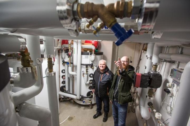 Asunto-osakeyhtiö Ristinpolku vaihtoi öljystä maalämpöön vuonna 2014 Laitehuonessa hallituksen puheenjohtaja Aki Parkkinen ja entinen hallituksen puheenjohtaja Jorma Kinnunen.