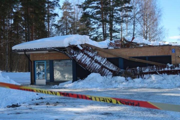 Entisten tilojen katto romahti lumikuorman alla dramaattisesti pääsiäisenä.