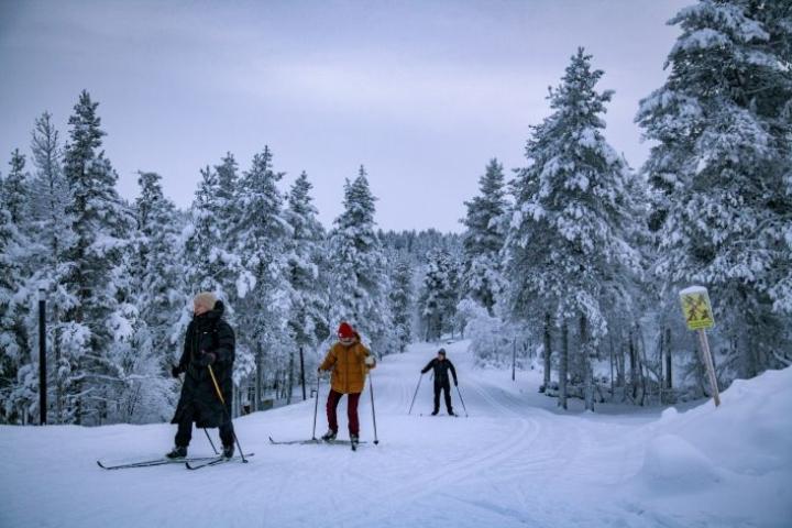 Hiihtäjiä Saariselän hiihtokeskuksen hiihtoladulla Inarissa 26. tammikuuta. LEHTIKUVA / TARMO LEHTOSALO