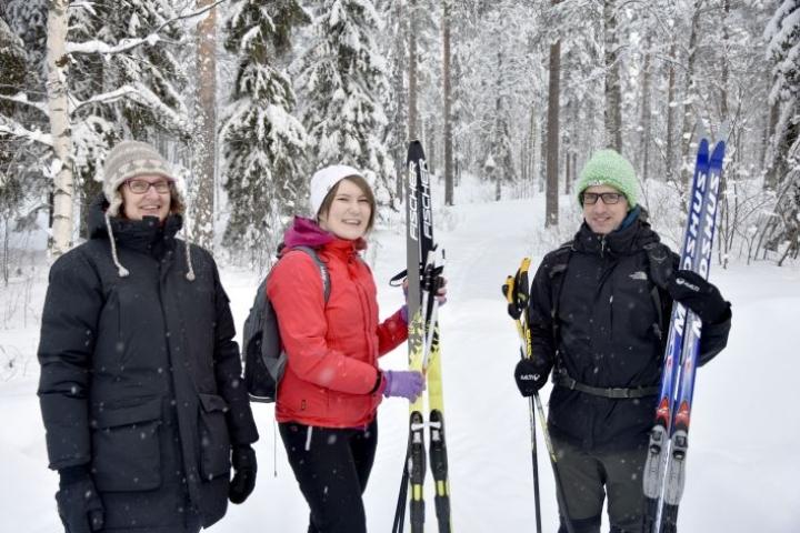 Hanna Laukkanen (keskellä) opetti torstaina lontoolaista Stephen Prioria (oik.) hiihtämään. Minna Murtonen on Laukkasen työnantaja.