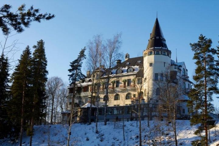 """Imatran Valtionhotelli tunnetaan etenkin """"harmaaksi rouvaksi"""" ristitystä kummituksesta."""