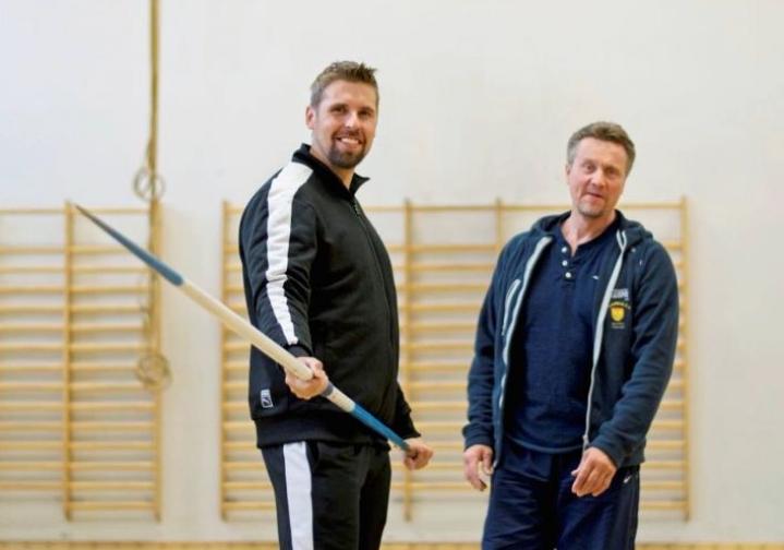 Antti Ruuskanen ja Jyrki Blom lämmittelivät keskiviikkona Kuopion klassillisen lukion jumppasalissa ennen siirtymistään viereiseen Kuopio-halliin.