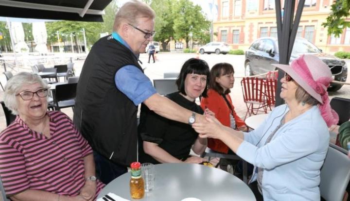 Parafestin tekijöistä ja taiteilijoista ei ole pulaa. Mukana ovat muun muassa varapuheenjohtaja Eeva Lakka (vas.), puheenjohtaja Arto Pippuri, Evantian viittomakielen tulkki Maiju Seppänen, Parafestin hallituksen jäsen Senni Hirvonen sekä kuvataitelija Pirkko Pölönen.