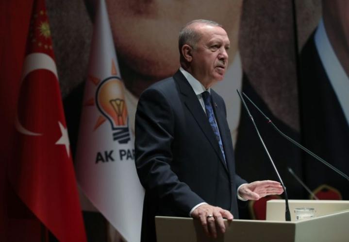 Viime kuukausina Turkki on palauttanut takaisin kotimaihinsa vangitsemiaan ulkomaalaisia Isisin jäseniä. Turkin presidentti Recep Tayyip Erdogan puhui Turkin parlamentissa 26. joulukuuta.  MURAT KULA / TURKISH PRESIDENTIAL PRESS SERVICE / AFP / LEHTIKUVA