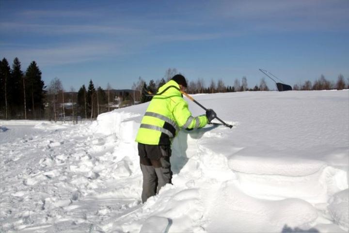 Jäähallin katolla oli tiistaina noin 120 senttimetriä lunta.