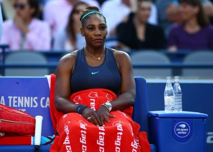 Serena Williams luovutti loppuottelussa selkävaivojen vuoksi. Lehtikuva/AFP