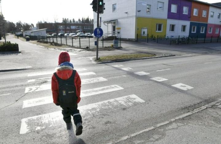 Kaikkiaan peruskoululaisista viisi prosenttia on lähiopetuksessa. LEHTIKUVA / Heikki Saukkomaa