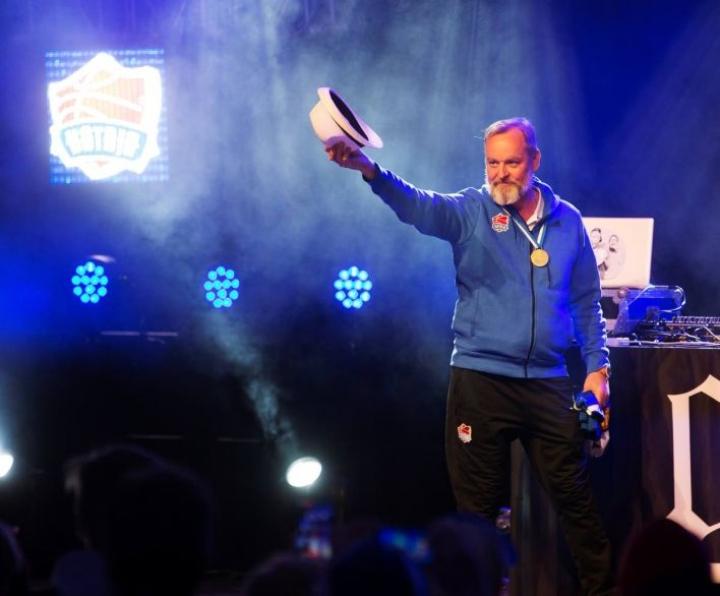 Intersport-kauppias Jarkko Miinin toimii myös Katajan koripallomiehistön managerina. Kuva mestaruusjuhlista keväältä 2017.