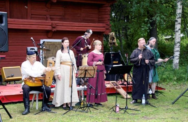 Menneisyydestä ammentava Ancient Bear Cult esiintyi Nurmeksessa. Kokoonpanoon kuuluvat Tapio Mattlar (vas.), Päivi Tiusanen, Aku Engblom, Krista Toroi, Risto Pohjonen ja Jarkko Heikkinen.
