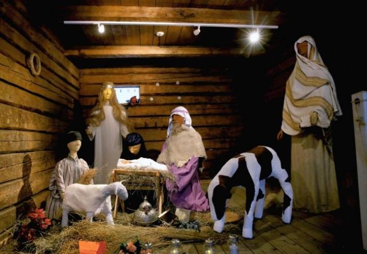 Katalonialaiseen jouluperinteeseen kuuluu seimiasetelma, jossa esiintyy tuttujen Jeesuksen, Marian ja Joosefin ohella myös caganer, housut kintuissa kakkaava hahmo. Tässä Taitokorttelissa jouluna 2015 esillä olleessa seimessä sellaista ei näy.