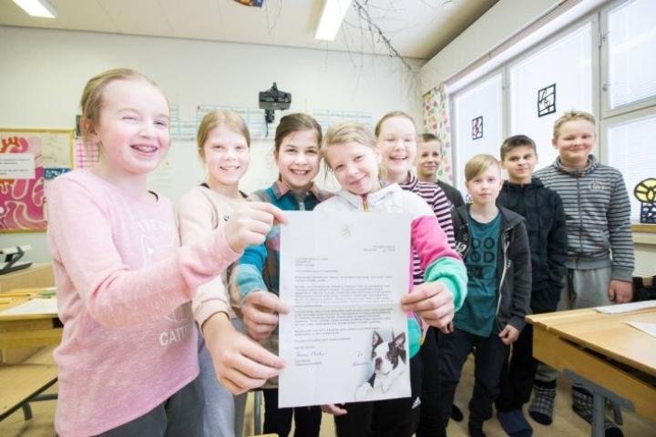 Louhiojan viidesluokkalaiset iloitsevat presidentin kirjeestä.