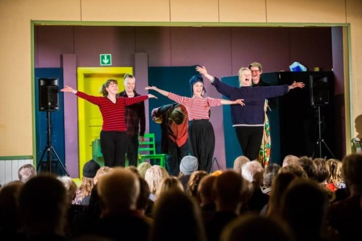 Myy Lohi (vas.), Emma Castrén ja Roosa Söderholm kiittävät yleisöä seurasta. Takana Juho Uusitalo (vas.), Eetu Känkänen ja ohjaaja Juha Hurme.