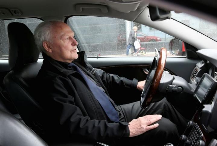 Esko Hirvonen on ajanut taksia 38 vuotta. Heinäkuussa voimaan astuu uusi liikennepalvelulaki, jolla on useita vaikutuksia taksiliikenteeseen.