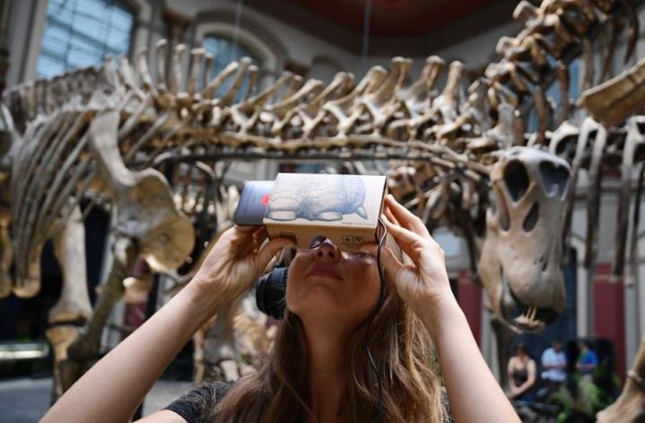 Nainen käytti älypuhelinta luonnonhistoriallisessa museossa Berliinissä syyskuun alussa. LEHTIKUVA/AFP