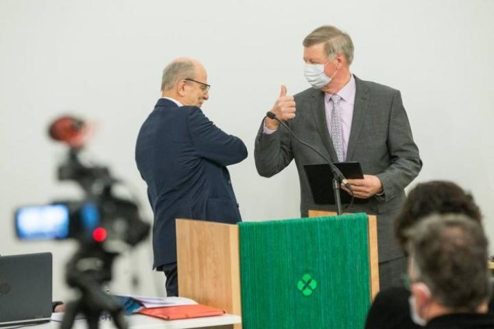Matti Väistö (oik.) luovutti Kiihtelysvaaran uuden kirkon kerätyt varat kirkkovaltuuston puheenjohtajalle Matti Ketoselle.