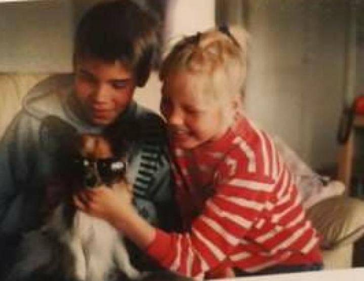 Jari ja Hanna-Mari Pesonen perheen Karo-koiran kanssa lapsuuskuvassa.